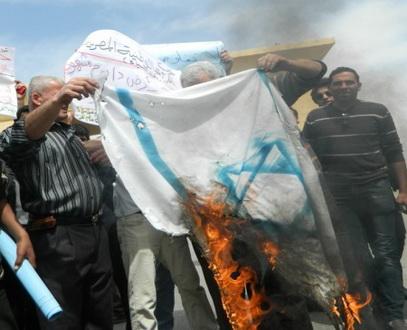 warga mesir berunjuk rasa dan membakar bendera Israel, sabtu (30/3