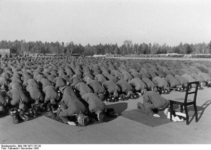 Bosnische SS-Freiwillige beim Gebet