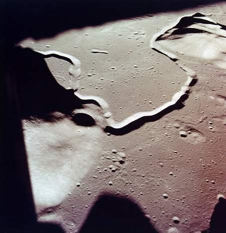 """Gambar celah yang menyerupai retakan besar pada Bulan seperti bagian yang telah terpotong kemudian bersambung, Ilmuwan mengatakan bahwa: """" jenis celah ini sangat jauh berbeda dengan celah yang terdapat di kerak Bumi dikerenakan Ukurannya yang begitu besar dan Aneh bagi kita ( Ilmuwan) dan bertentangan dengen teori-teori yang kita ketahui dalam Ilmu Fisika"""". Misteri apakah yang tersimapan mengenai retakan itu..Bagaiman bisa terjadi..dan kapan terjadinya? Hingga sekarang Semua pertanyaan ini masih terus mencari dan menanti jawabannya."""