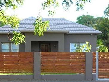 bangun rumah pagar-kayu-minimalis