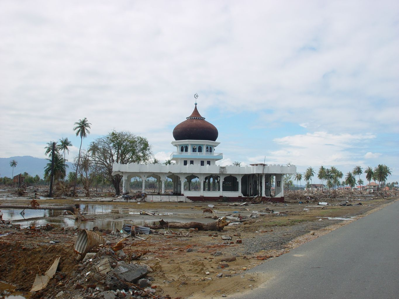 Masjid Al-Maghfiroh di Kahju, satu dari banyak masjid yang secara ajaib selamat dari terjangan tsunami. Padahal tank panser di markas Brimob Aceh saja terguling-guling dan sel-sel penjara tercerabut besi-besinya. [dok.pribadi]