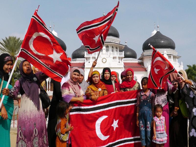Mantan pasukan Inong Balee Gerakan Aceh Merdeka (GAM)  dari berbagai daerah di Aceh mengusung bendera berlambang bulan sabit setibanya di Mesjid Raya Baiturrahman, Banda Aceh, Senin (1/4)