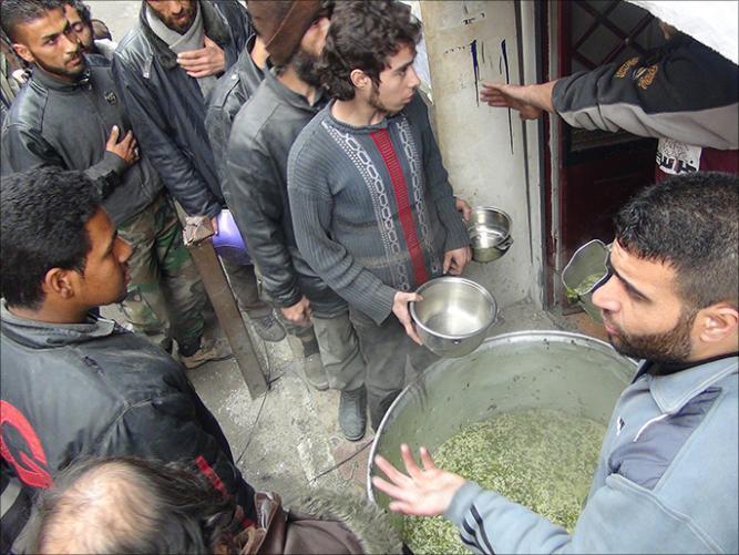antrian makanan warga Suriah 7