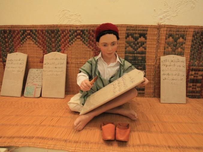 Museum Pendidikan Tunisia - Murid menulis ayat-ayat Qur'an di lembaran2