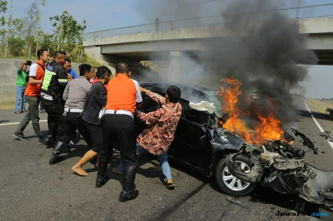 Anies Evakuasi Pengemudi Mobil Yaris yang Terbakar di Tol Cipali